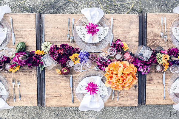 mariage-champetre-decoration-table-rose-violet-salle-couvent-medieval-carmes-isere