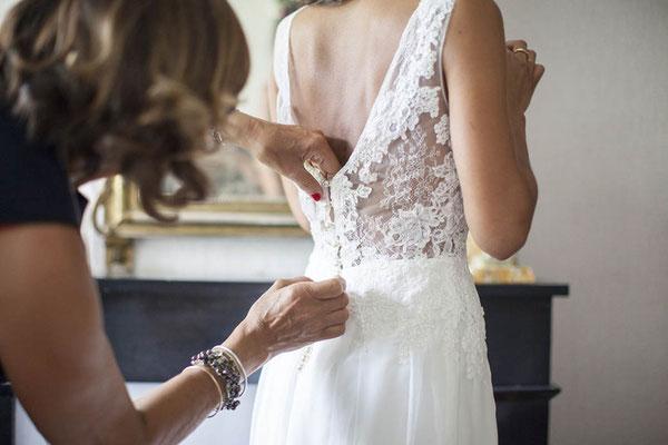 robe-mariage-champetre-dentelle-brodée-main-decolleté-v