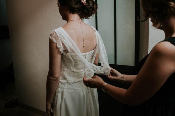 robe-de-mariee-grenoble-detail-col-benitier-dos-en-dentelle-extra-legere-creation-emmanuelle-gervy