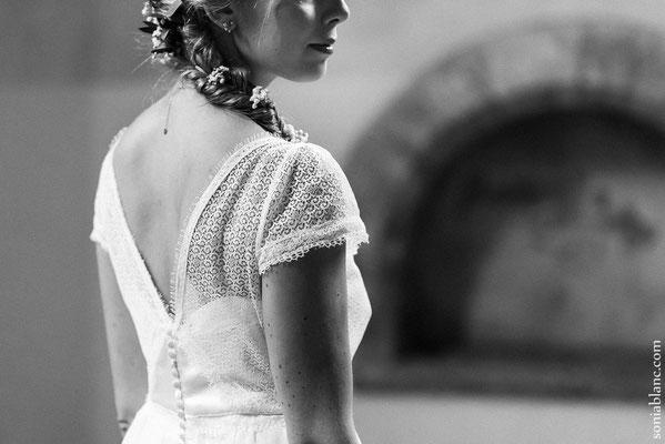 robe-de-mariée-dos-detail-dentelle-graphique-decolleté-V