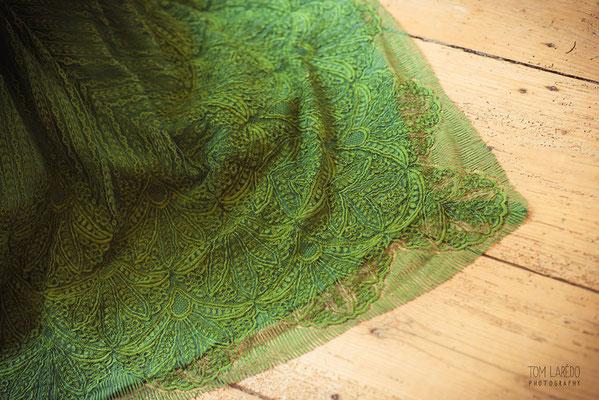 traîne-robe-de-mariée-dentelle-de-calais-caudry-épaisse-verte-broderie-au-cordonnet-motif-feuille-teinte-main-emmanuelle-gervy