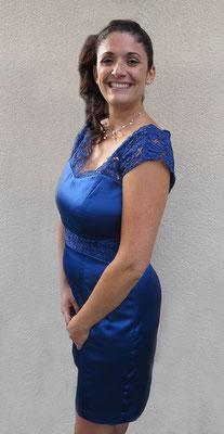 robe-de-cocktail-satiné-bleu-electrique-ceinture-et-manches-dentelle-calais-emmanuelle-gervy