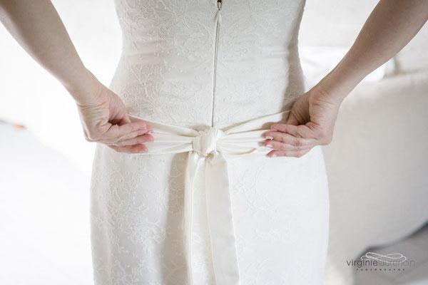 détail-dos-robe-de-mariée-bustier-taille-basse-ceinture-nouée-creation-emmanuelle-gervy-grenoble