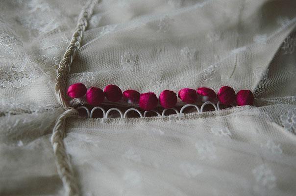 détail-fermeture-robe-de-mariée-boutons-recouverts-à-la-main-tissu-soie-rose-creation-emmanuelle-gervy