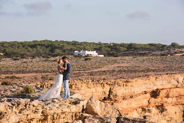 couple-mariés-romantique-robe-de-mariee-longue-traine-dentelle-emmanuelle-gervy-grenoble