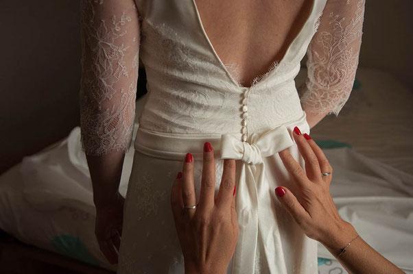 robe-de-mariee-unique-dos-décolleté-boutons-recouverts-tissu-ceinture-nouée-emmanuelle-gervy