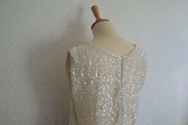 détail-robe-demoiselle-d'honneur-sequin-ivoire-boutonné-perles-dos-emmanuelle-gervy