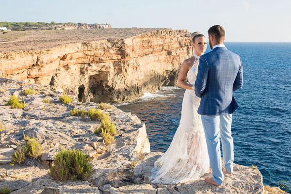 couple-mariage-romantique-robe-de-mariee-coupe-sirene-dentelle-graphique-et-transparence