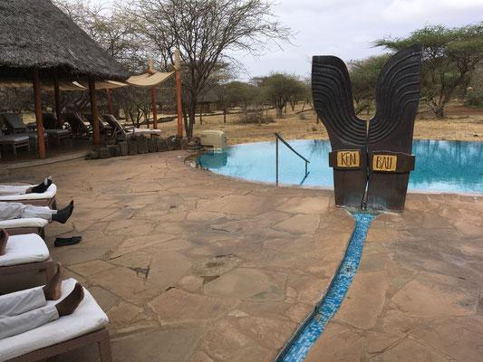 Kenbali - der Spabereich mit dem Swimmingpool mitten in der afrikanischen Savanne. Freedom of the senses - heißt das Denkmal des Potdamer Künstler - und Freiheit der Sinne kann man hier genießen. Dies tun die Massagedamen im Rahmen ihrer Schulung.