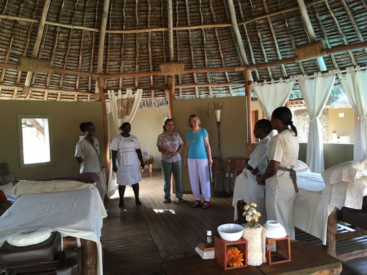 Blick ins Massagezelt des Severin Safari Camp, in der Mitte die Leiterin des Camps, Frau Manja Seifert, die alles für die Massageschulung sehr gut vorbereitet hatte.