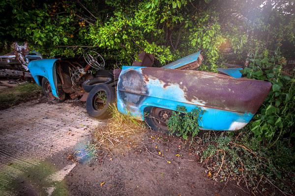 Kauai: Exploring amazing scrap metal  beside the road