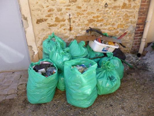 Les déchets ramassés pendant 2 heures dans nos chemins.