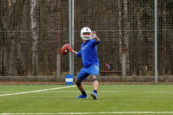 American Football Spieler beim Wurf