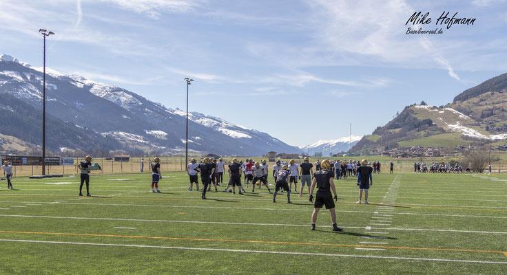 American Football Camp bei Sonnenschein