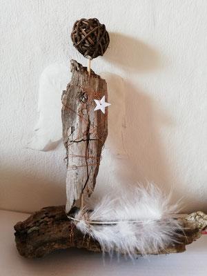 Treibholz und Flügel aus Tupfern