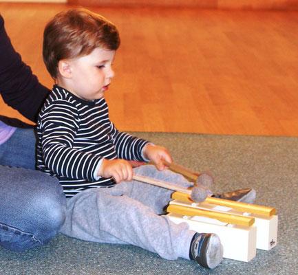 ...gibt es auch einmal zwei Klangstäbe für jedes Kind um damit den Parallelgrundschlag zu üben.
