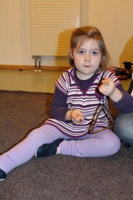 Zusätzlich benutzen die Kinder in der Phase 2 auch Instrumente wie Triangeln...
