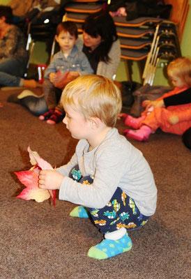 Bei den 3 bis 4 Jährigen kommen zusätzlich immer wieder Naturmaterialien zum Einsatz, wie hier im Herbst die bunten Blätter.