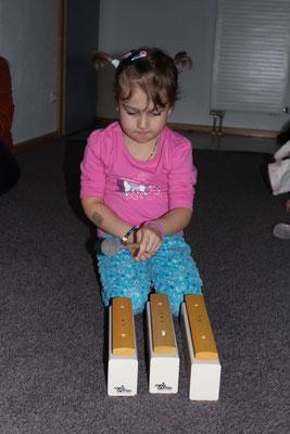 Ab 3 Jahren begleiten die Kinder dann Teile eines Liedes auf den Klangstäben...