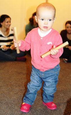 Nach dem Musizieren bringen dann alle Kinder die Klanghölzer wieder zurück zur Kiste.