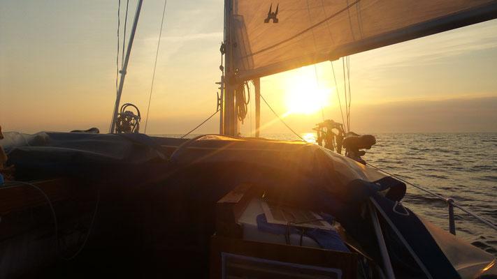 Segeln in den Sonnenaufgang