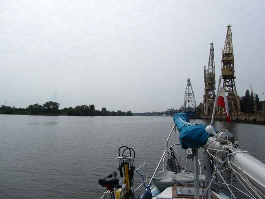 mit de Boot an der Werft vorbei nach Stettin