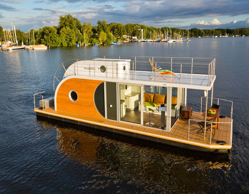schwimmende ferienwohnung hausboot mieten und kaufen. Black Bedroom Furniture Sets. Home Design Ideas