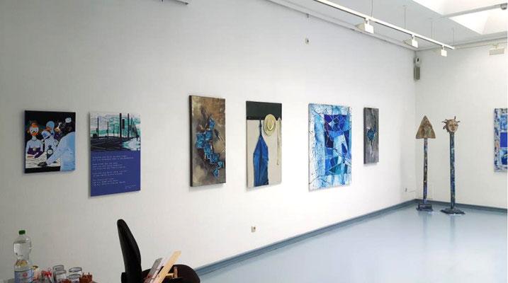 """Ausstellung """"BLAU"""" Kunstkreis Siegerland 2017, Haus Seel, Eingang, Bilder von versch. Mitgliedern"""