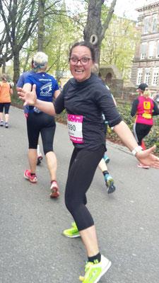 Yvonne auf ihrem Weg zu ihrem ersten Halbmarathonfinish!