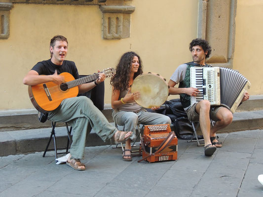Strassenmusikanten mit traditioneller Volksmusik.