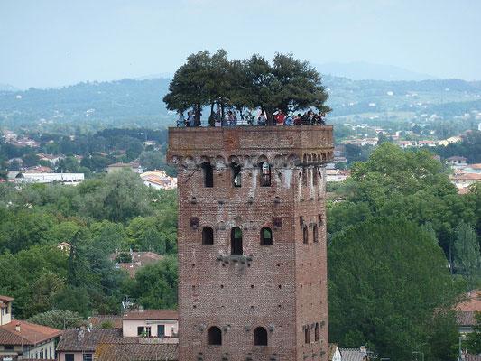Turm mit Bäumen