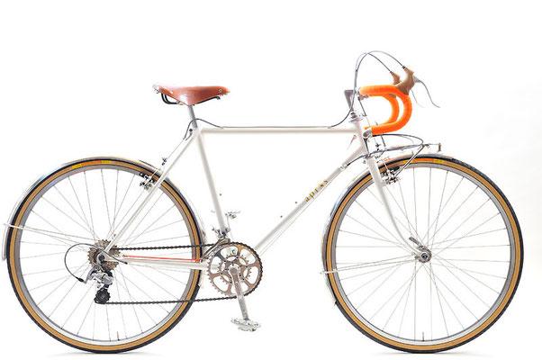 Tさんのツーリング車:シンガポールからはるばる日本を訪れて当店にいらっしゃった小柄な女性、Tさん。当店史上初の、海外へ送り出すツーリング車となりました。シンガポールでも流行中のブルベに、この自転車で臨むそうですよ!
