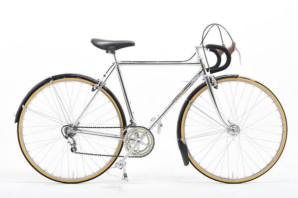 「一家に一台オールメッキ」という名言を当店に残して下さったSさんのアプレ・スペシャル。昔から自転車趣味を嗜んでいる人なら誰もが思い浮かぶオールメッキ+プラスティックドロヨケのあの名車が、いまも格好良く製作できるのです。ただしSさん、パーツ集めには随分とお金を掛けられたことと思います。