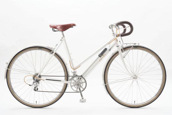 自転車の乗り降りの際にまたぎやすいように、トップチューブを下げてほしい。そんなオーダーのTさん。グランボア・シプレ32Bに合わせて全体を女性らしく構成し、カラーはパールで塗り上がりました。輪行もすぐにコツを飲み込みましたよ☆