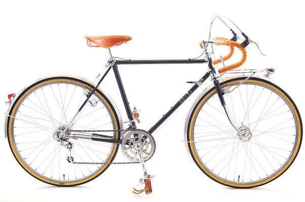 Sさんのツーリング車: 日工産業製のバルジ加工ラグをライジンワークスがスペシャルカットしたフレームが特徴的な1台。パーツはもともと乗られていた自転車からの載せ替え、および一部が持ち込みとなっています。フレンチタイプにカットされたヘッドラグをメッキ出し仕上げ。ユーレー・ジュビリーの初期型Wレバーをカンパニョーロタイプの台座に取り付けるため、加工を施すなどスペシャル仕様が満載の1台です。