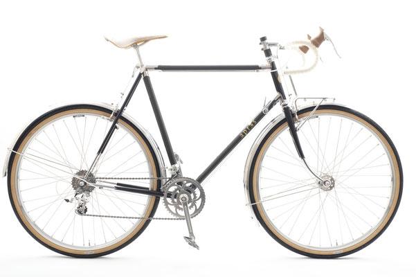 こちらもグラファイトデザインのカーボンを使った山猫亭さんのランドナーです。クロモリラグにはメッキが施されていますが、その後の接着作業も含め、フレーム屋さん、そしてメッキ屋さんにも大変な苦労をかけたスペシャルバイクです。もちろん輪行車ですよ!
