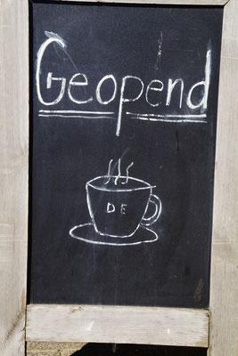 """Ein Cafè wirbt mit Kaffee """"DE"""""""