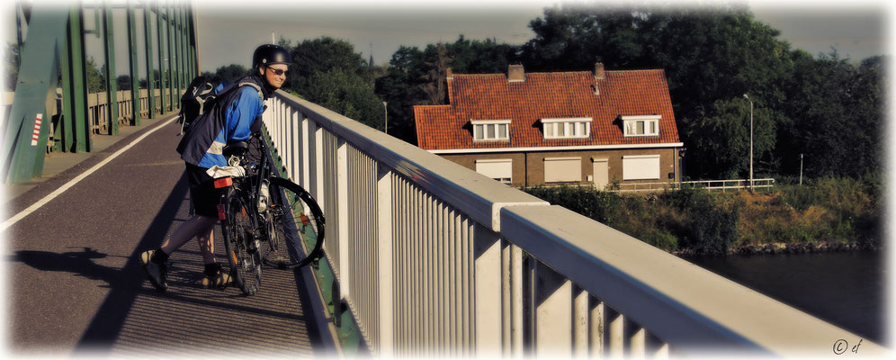 Auf diversen Brücken kann man/frau den Schiffsverkehr beobachten