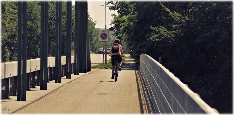 Radeln über dem Kanal