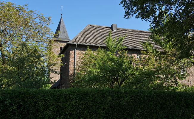 Scheune mit Kirchturm im Hintergrund