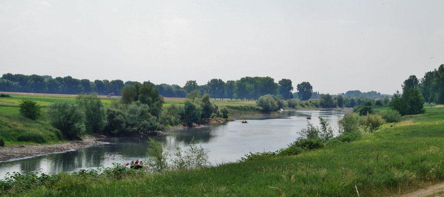 Eine Jugendgruppe macht eine Raftingtour an der Maas