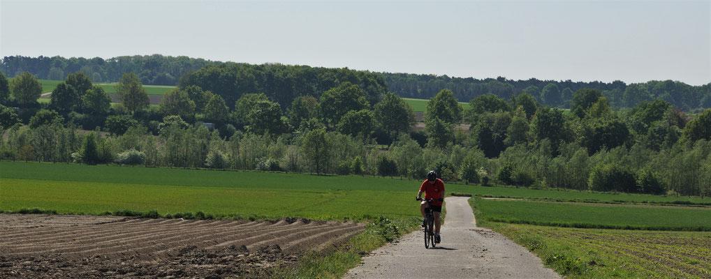 Der Weg von Süsterseel über die Felder nach Kleinwehrhagen führt über eine Erhebung