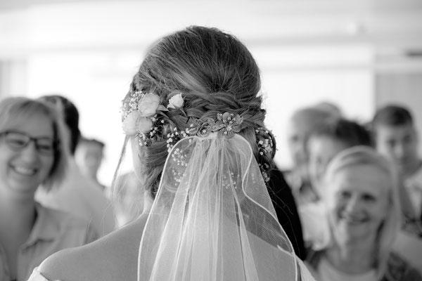 Braut mit Kopfschmuck von hinten