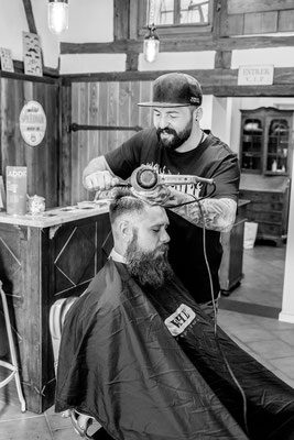 Barber föhnt Haare