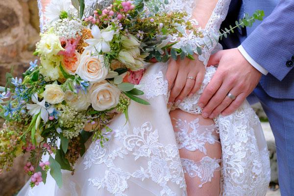Braut mit Strumpfband und Brautstrauß Burghochzeit