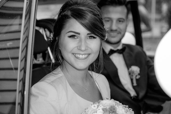 Brautpaar im Brautwagen