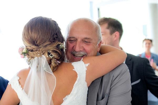 Gast gratuliert Braut