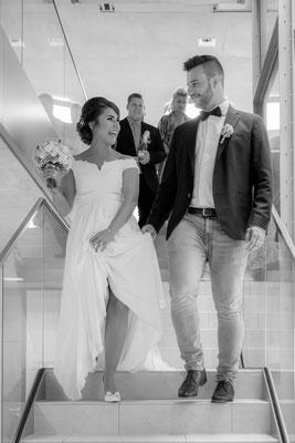 Brautpaar verlässt Standesamt