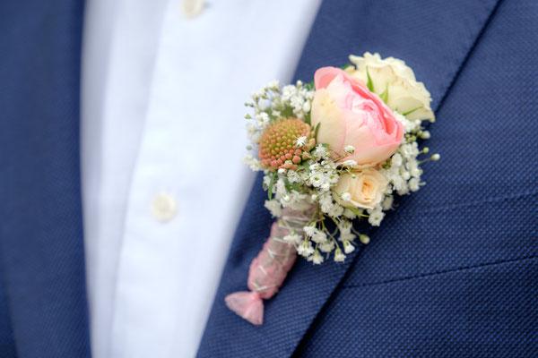 Bräutigam mit Anstecknadel