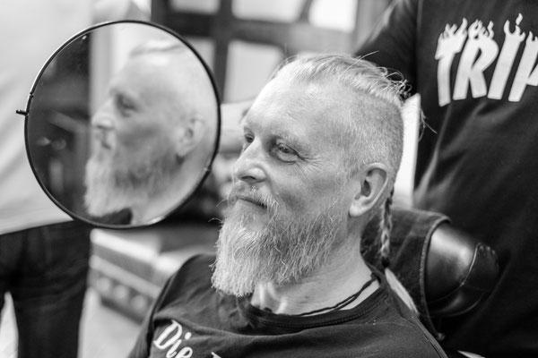 Kunde lächelt beim Barber